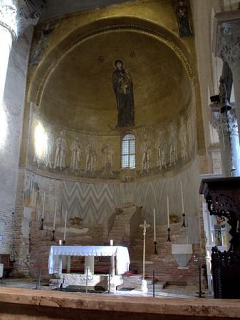 Absyda, podwyższenie, tron (bema) w średniowiecznej bazylice Santa Maria Assunta w Torcello źródło