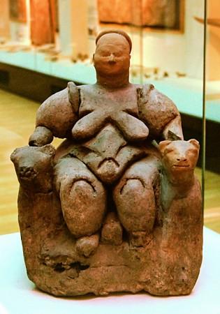 Figurka siedzącej kobiety z lwami znaleziona w Çatalhöyük Żródło
