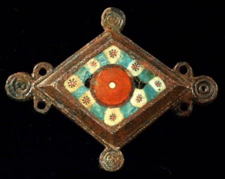 Fragment rzymskiej fibuli z II w zdobiony szkłem. Źródło.