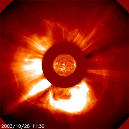 Koronalny wyrzut masy stowarzyszony z rozbłyskiem słonecznym z 28 października 2003 r. Źródło SOHO