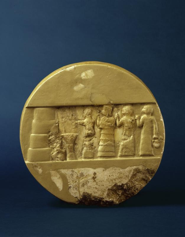 Na tym dysku z kacytu, pochodzącym z 2350-2300 p.n.e. jest córka Sargona w akcji, jako arcykapłanka składająca ofiarę. Źródło.