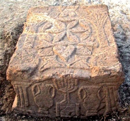 Kamienny stół z synagogi w Magdali. Źródło.