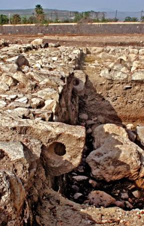 Pozostałości nabrzeża z miejscami do których cumowano łodzie w Magdali. Źródło