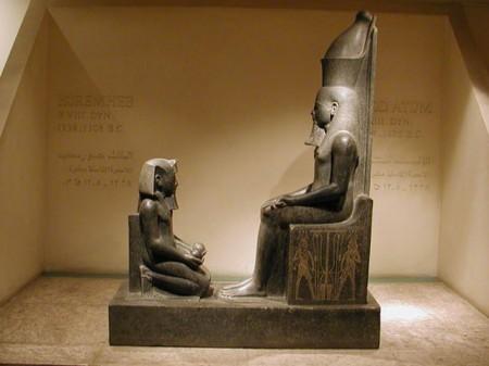 Faraon Horemheb (przełom XIV i XIII w p.n.e.) klęczy przed bogiem Atumem. Źródło