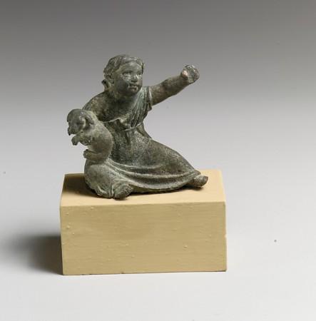 Brązowa figurka dziecka z przełomu er. Może to być mała Rzymianka lub Greczynka. Źródło.
