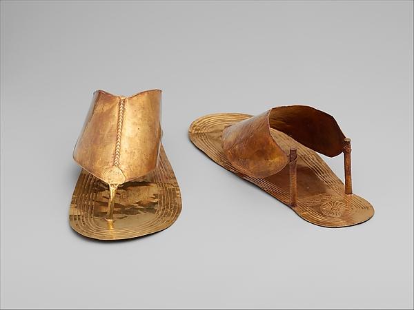 Złote sandały egipskie datowane na 1479–1425 B.C. Źródło