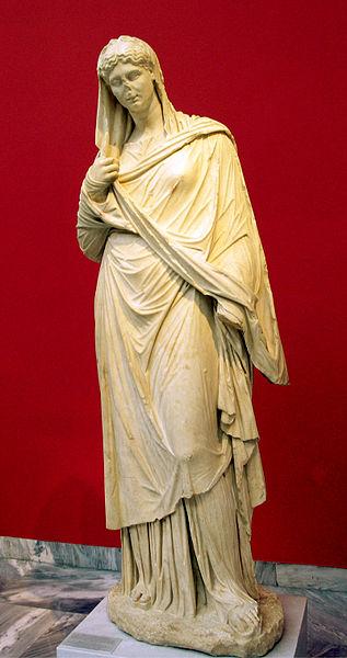 Kobieta w chitonie i himationie. Rzymska kopia greckiej rzeźby z III w p.n.e. Źródło