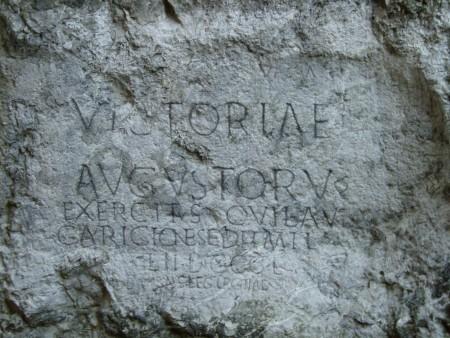 Tablica z Treczyna. Tekst mówi, że 855 legionistów rozbiło obóz w Laugaricio. Źródło