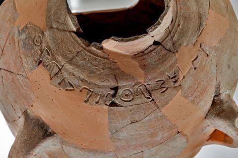Dzban z Khirbet Qeiyafa z napisem Eszba'al ben Bada. Źródło