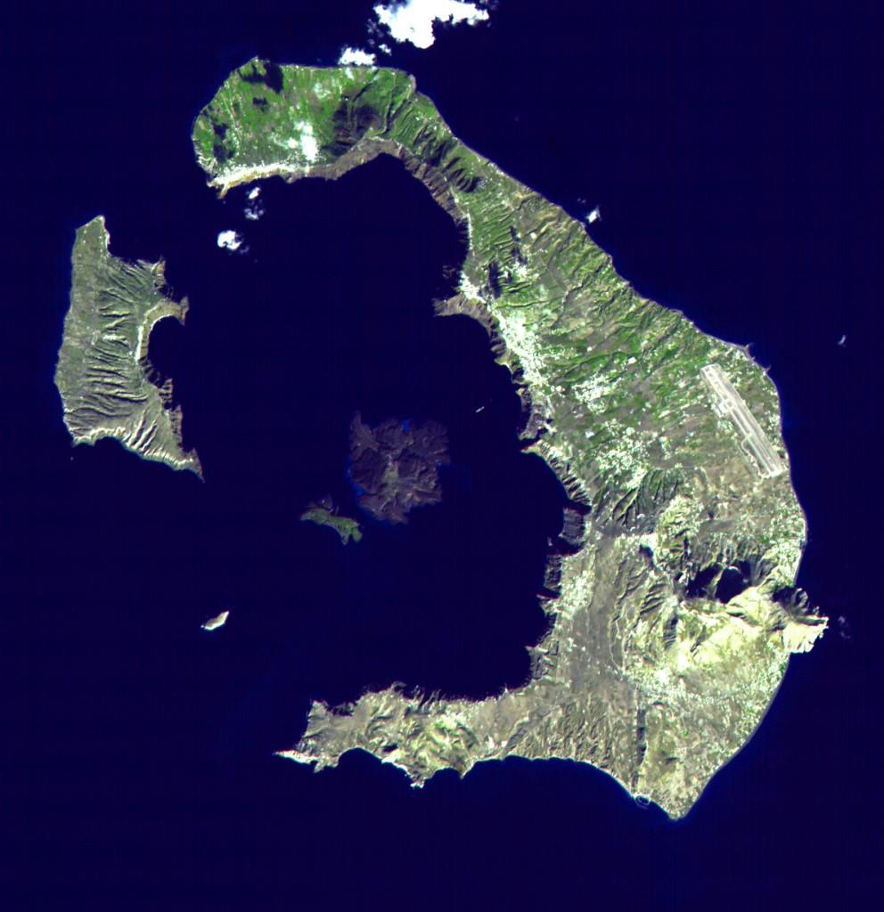 Santoryn i pozostałe wysepki oraz kaldera - pozostałowsi starozytnej wyspy i to co urosło w ciągu 3600 lat działaności wulkanicznej na Therze. Źródło