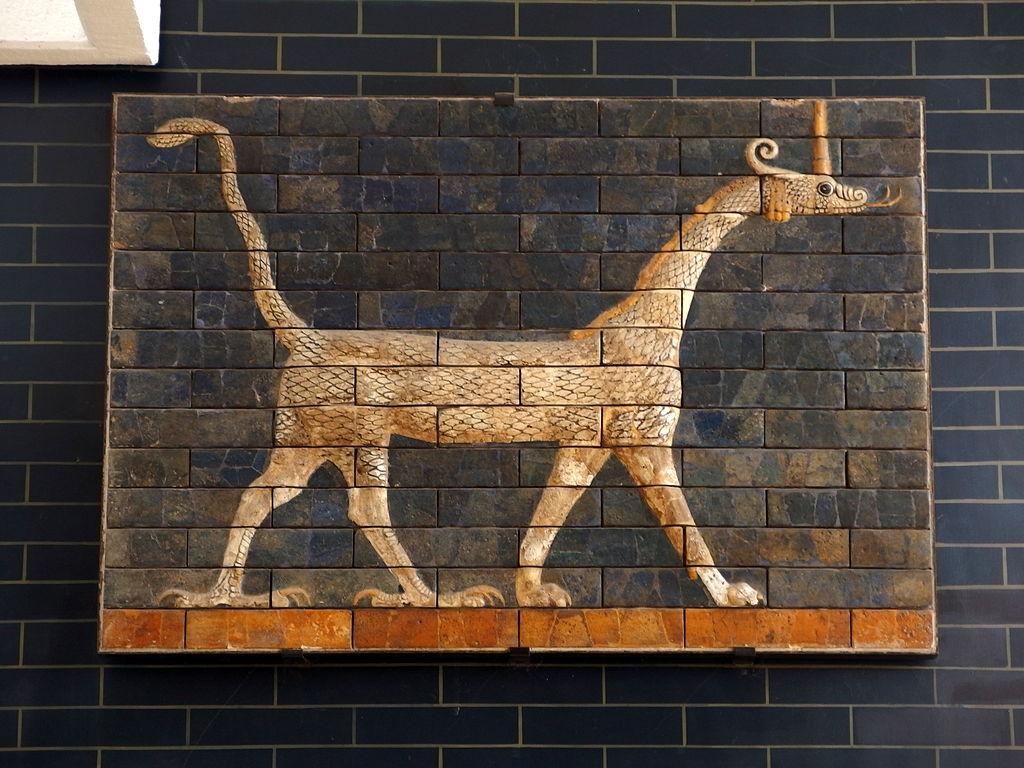 Wężogłowa hybryda z Bramy Isztar z Babilonu Źródło
